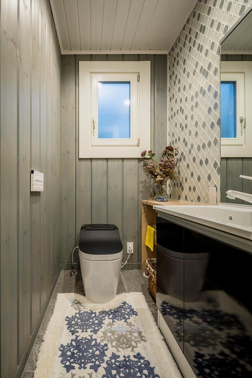 落ち着いた雰囲気の1階トイレ。