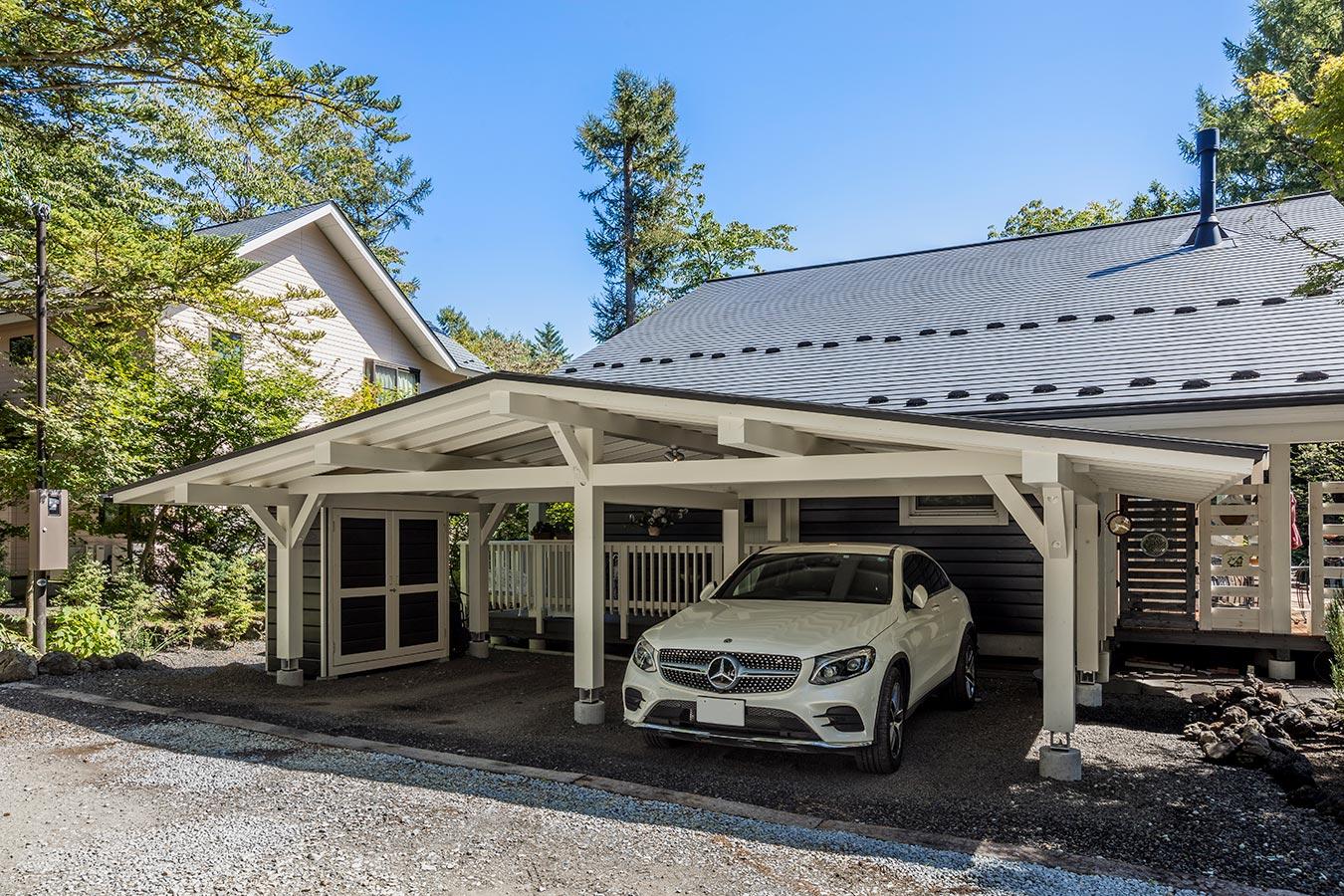 住居同様、太い梁を使用した三角屋根のカーポート。