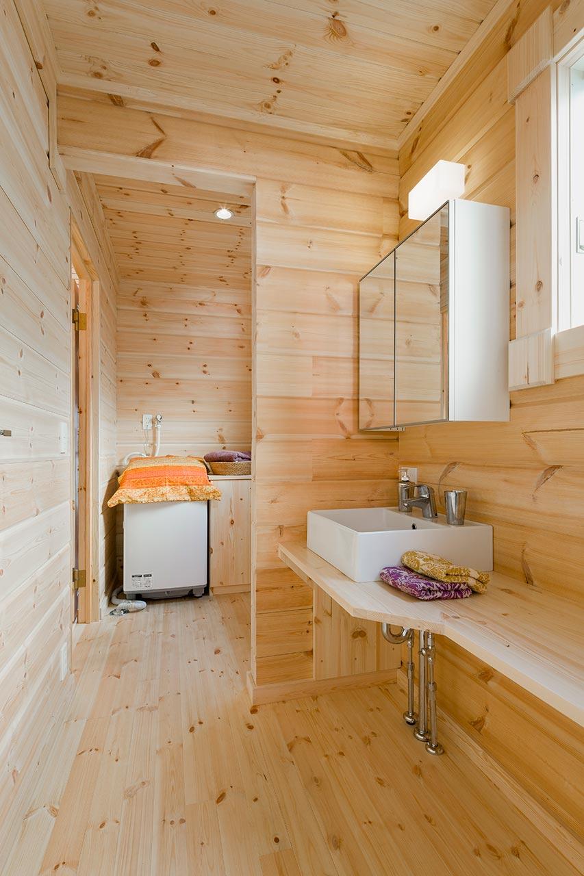 木の香り感じる洗面脱衣所。