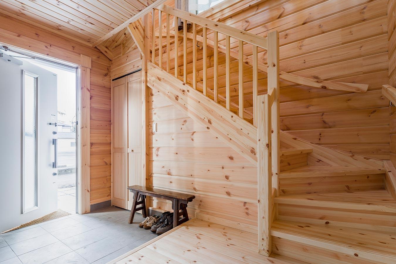 エントランスは、収納スペースを設けすっきりとした広々空間
