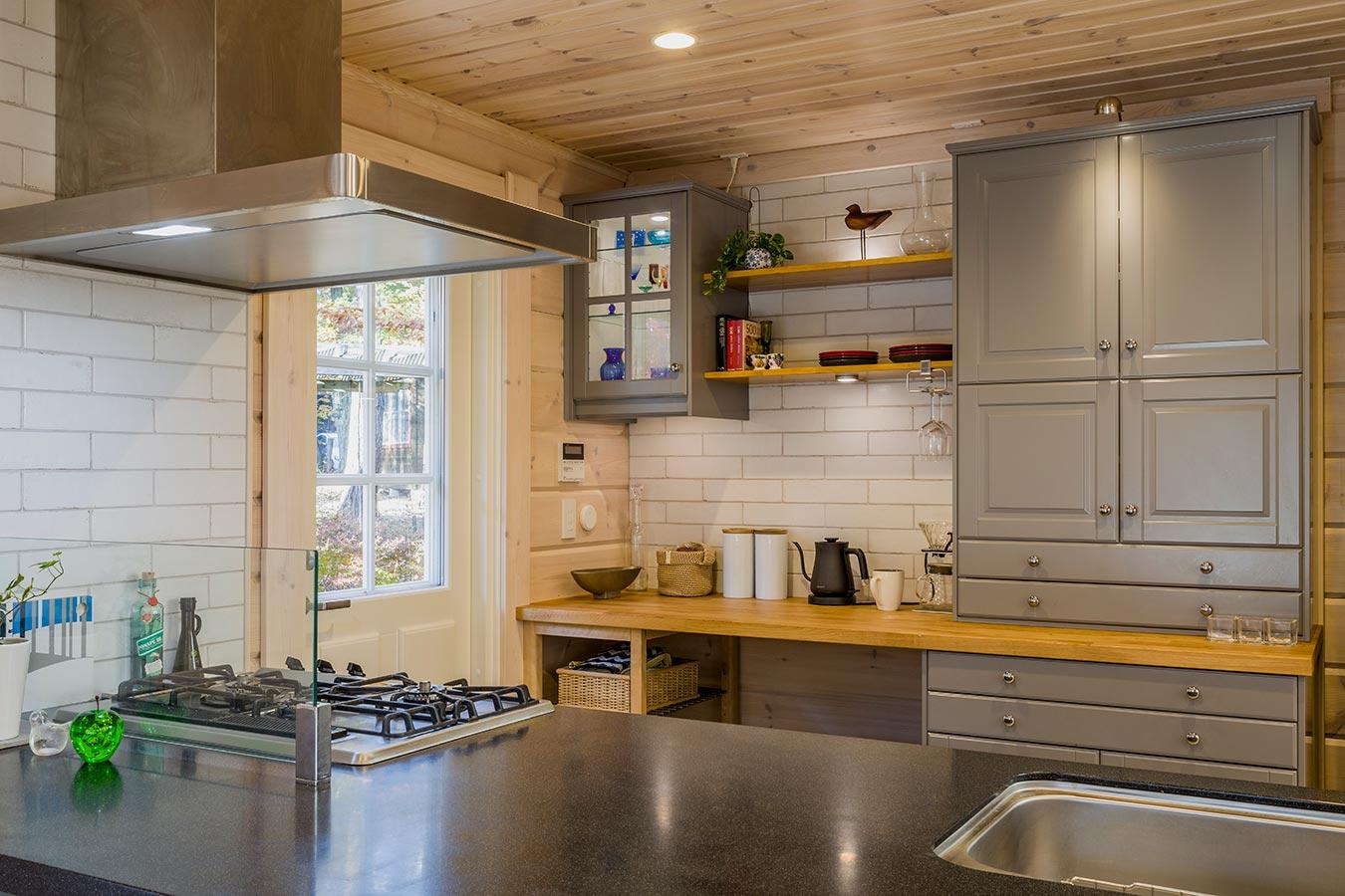 外観カラーに合わせたスカイグレーのキッチン