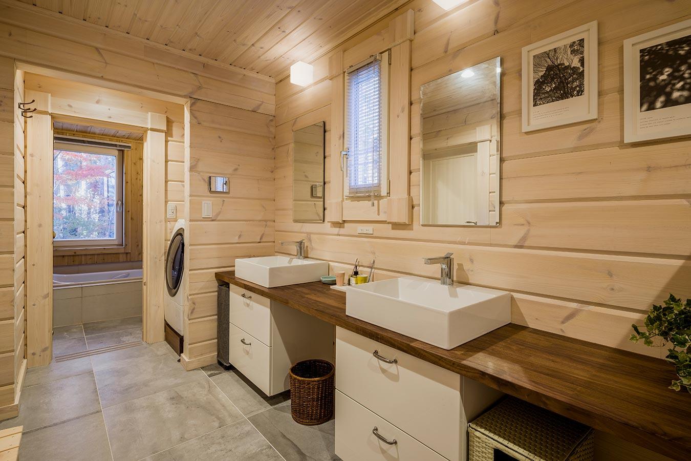 明るい洗面脱衣所には、洗面ボウルが2つあり、収納も抜群です。
