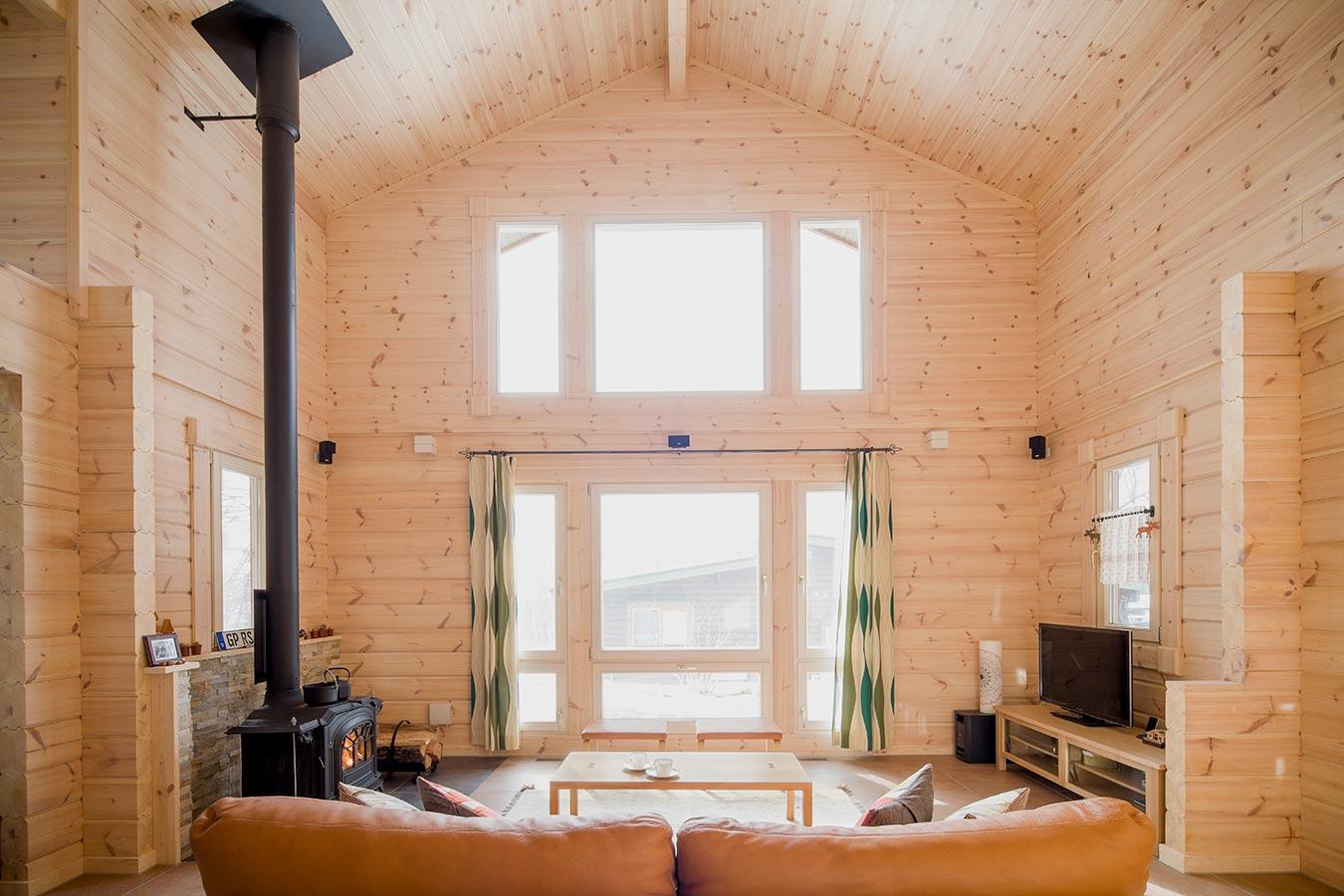 玄関を抜けると目に飛び込む、開放的なリビングに設置した大きな窓からの景色。