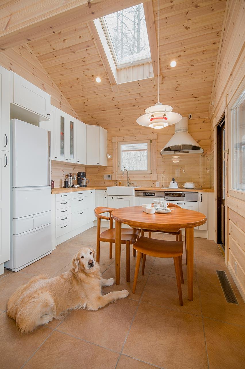 キッチンダイニングには、天窓も設置し、明るい陽射しが注ぎます。