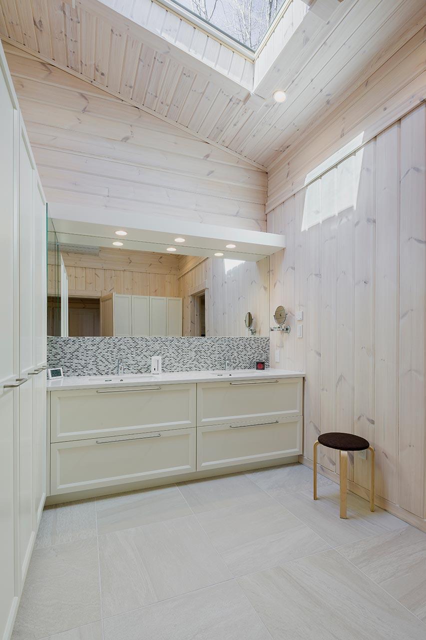 白で統一された洗面所。天窓も設置し明るい空間です。