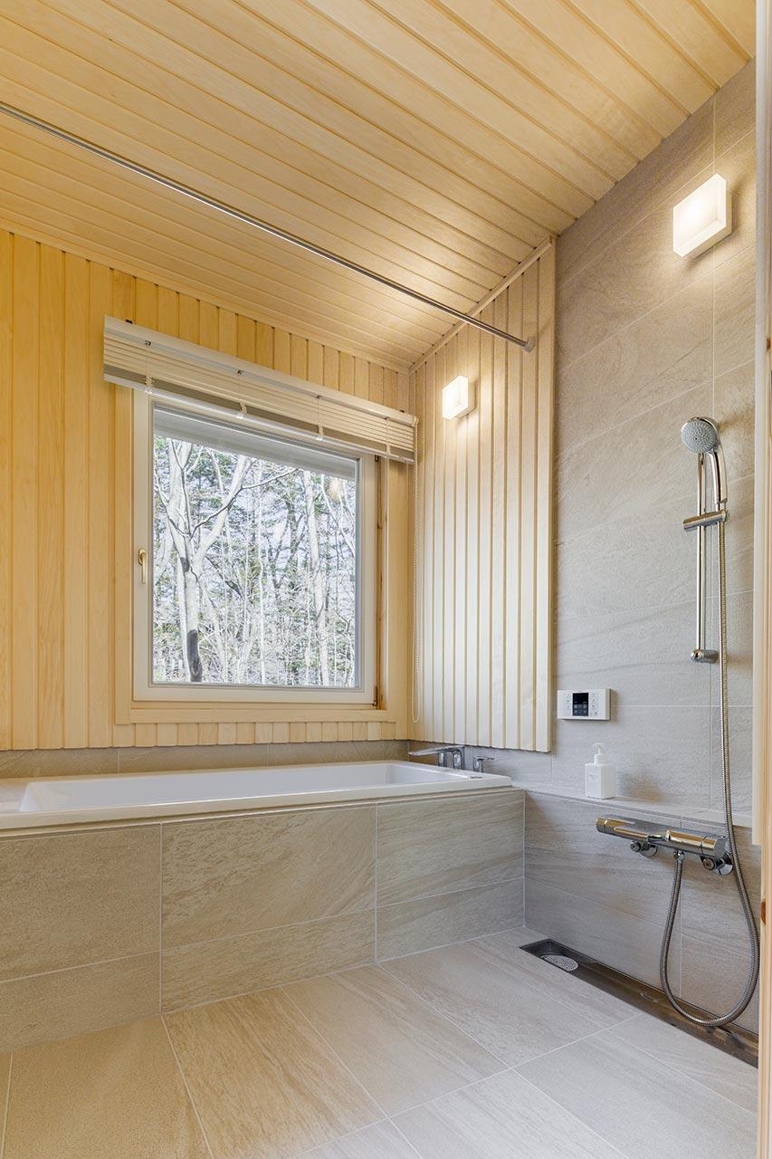 大きな窓を設置したバスルーム。湯船に浸かりながら外の景色を存分に楽しめます。