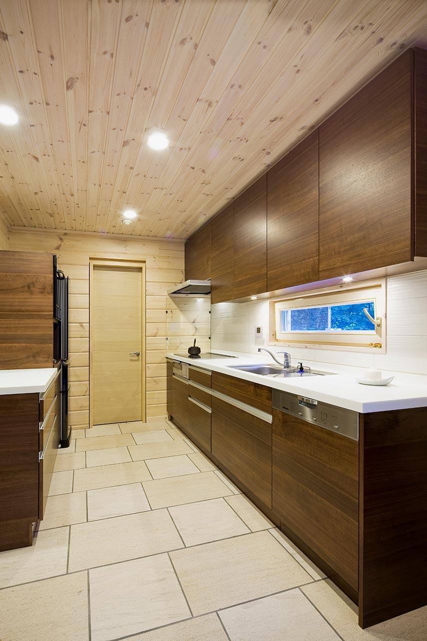 広々としたキッチン。ダークブラウンで落ち着いた雰囲気。開閉しできる窓も設置し、外の澄んだ空気を室内に取り込めます。