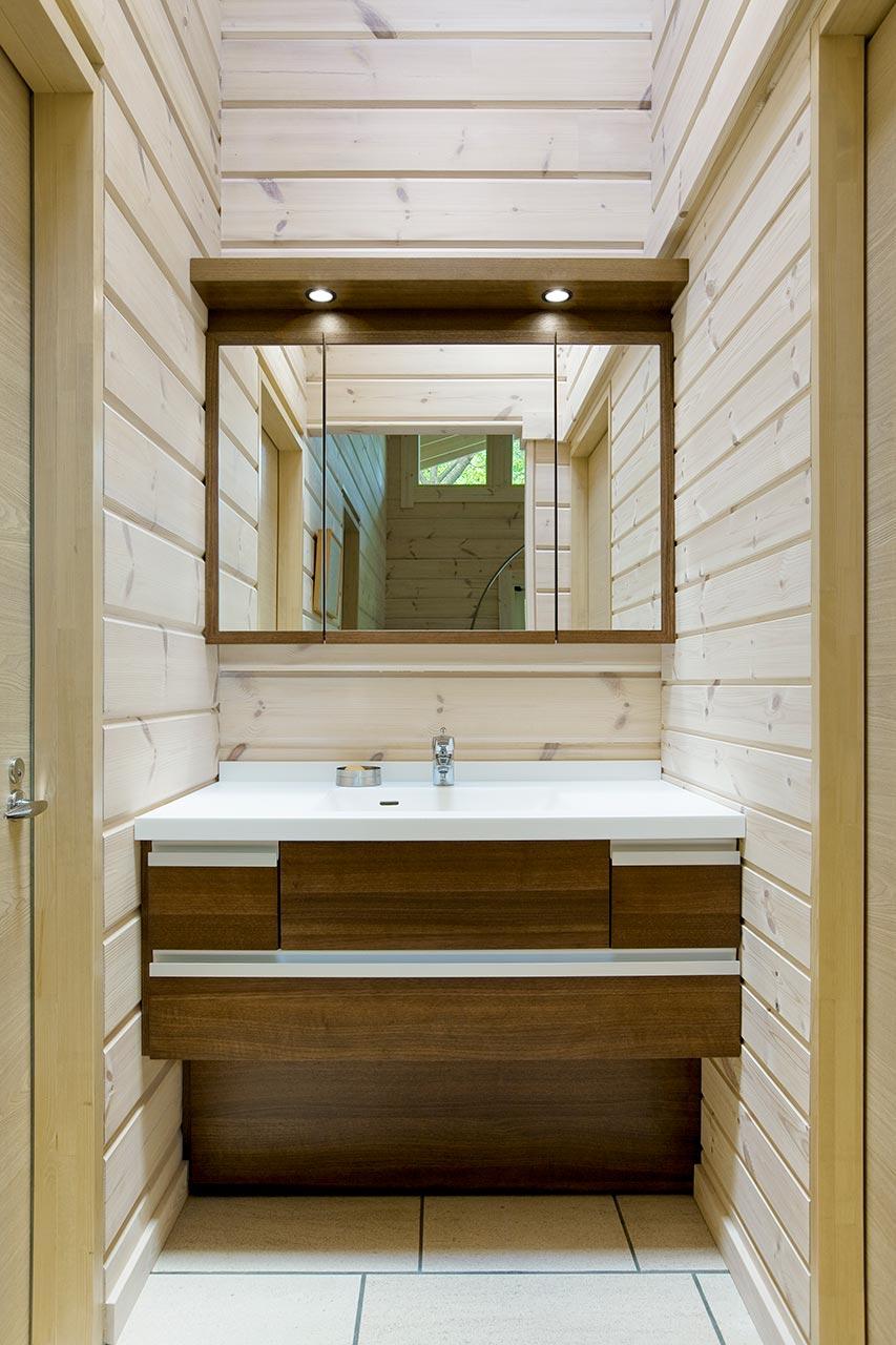 室内の色と洗面台のブラウンが調和し、優しいあたたかな洗面台です。