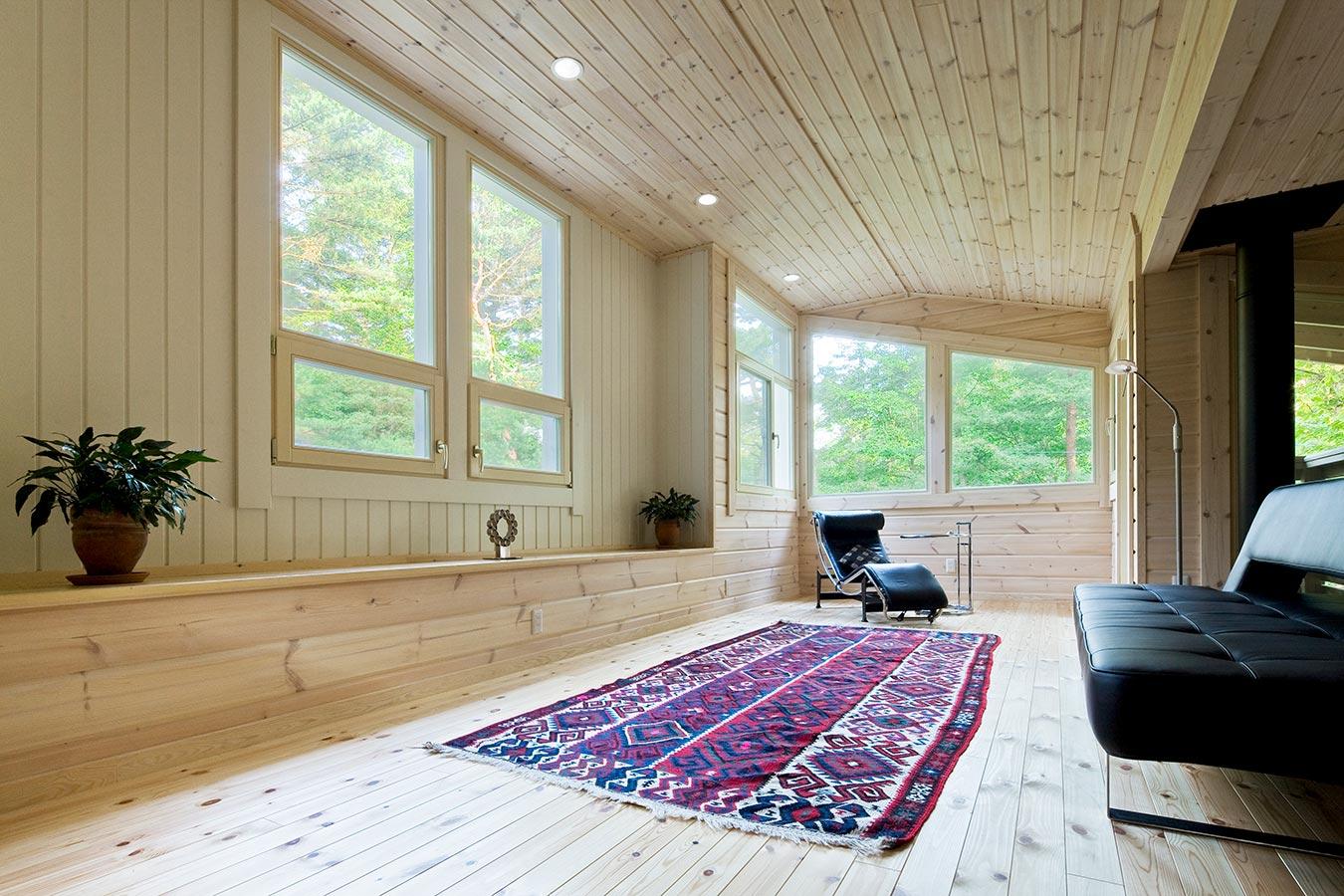 大きな窓を多数設置した明るいロフト