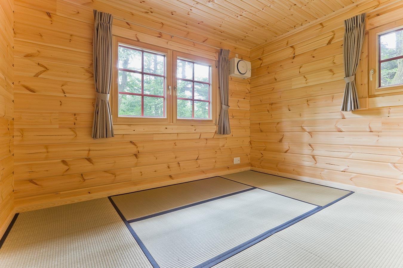 窓から光が射し明るい和室