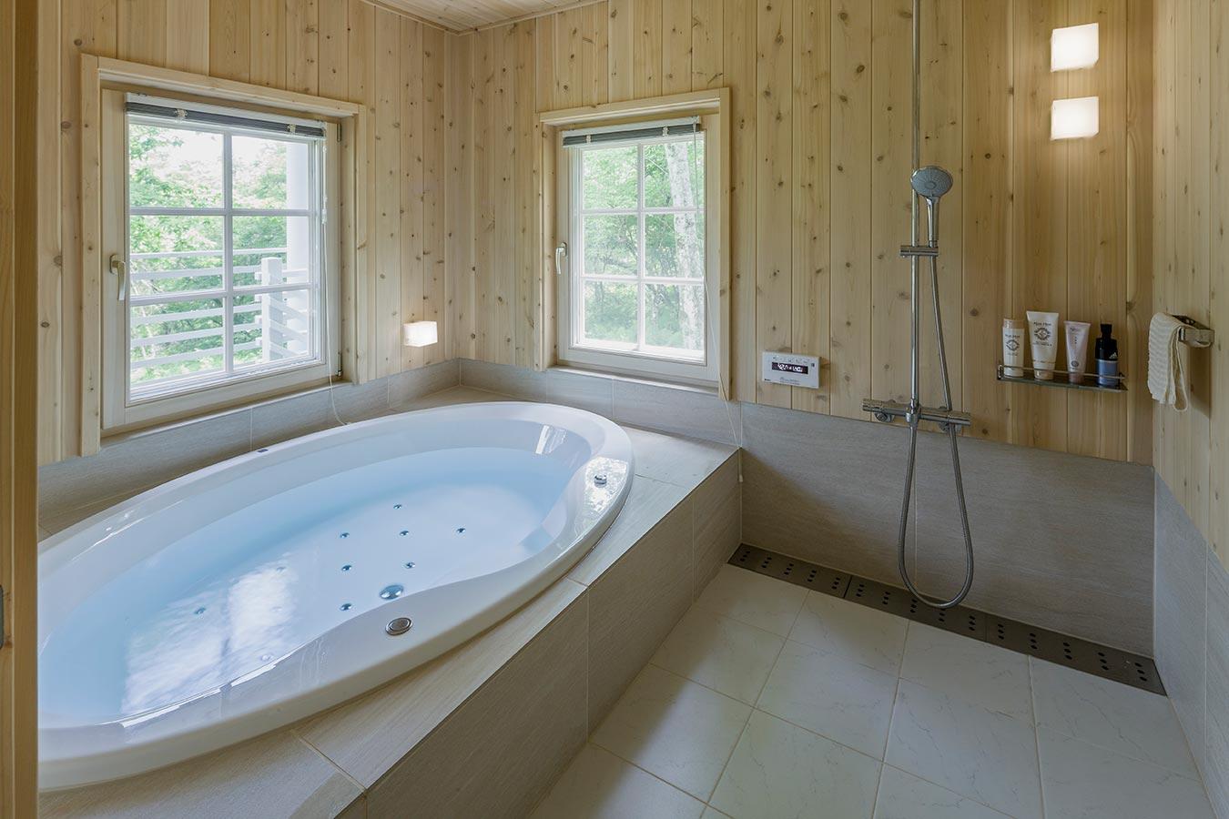 広々としたバスルーム。景色を楽しめます。