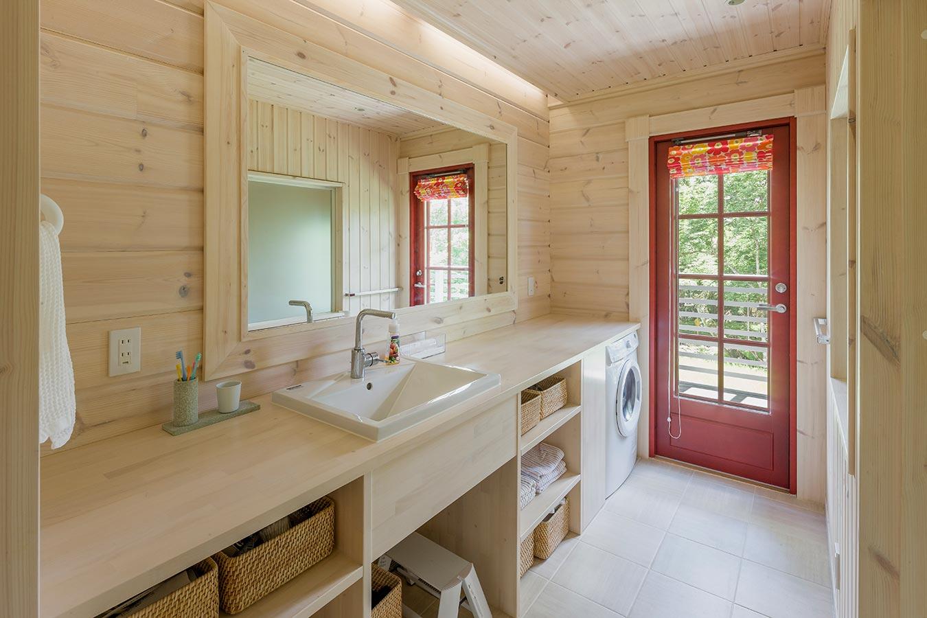 テラスとつながる洗面脱衣所は、遊び後の手洗いを考えた導線に。