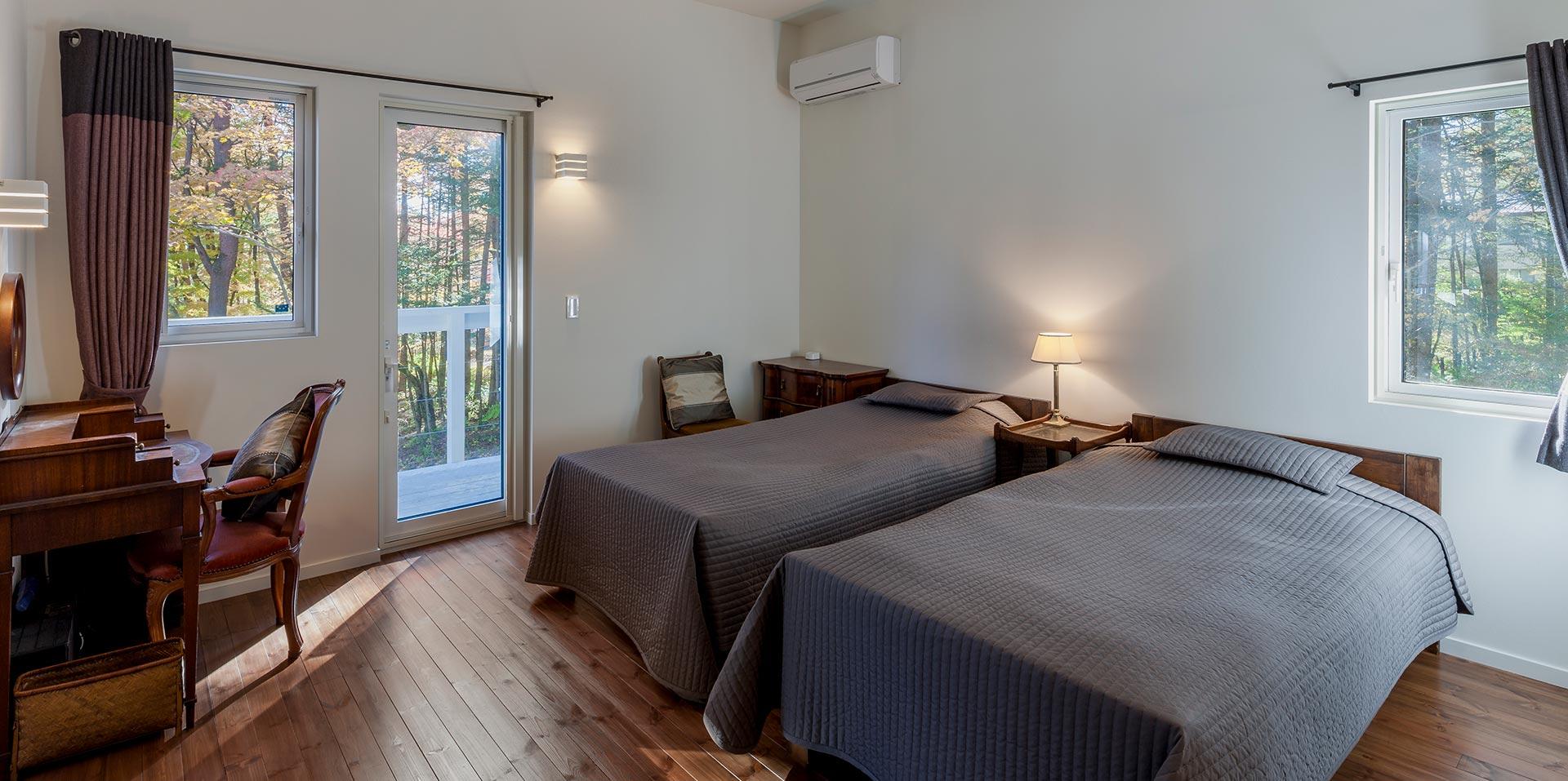 シンプルなベッドルームに、美しい景色を一望できる2階テラスを併設