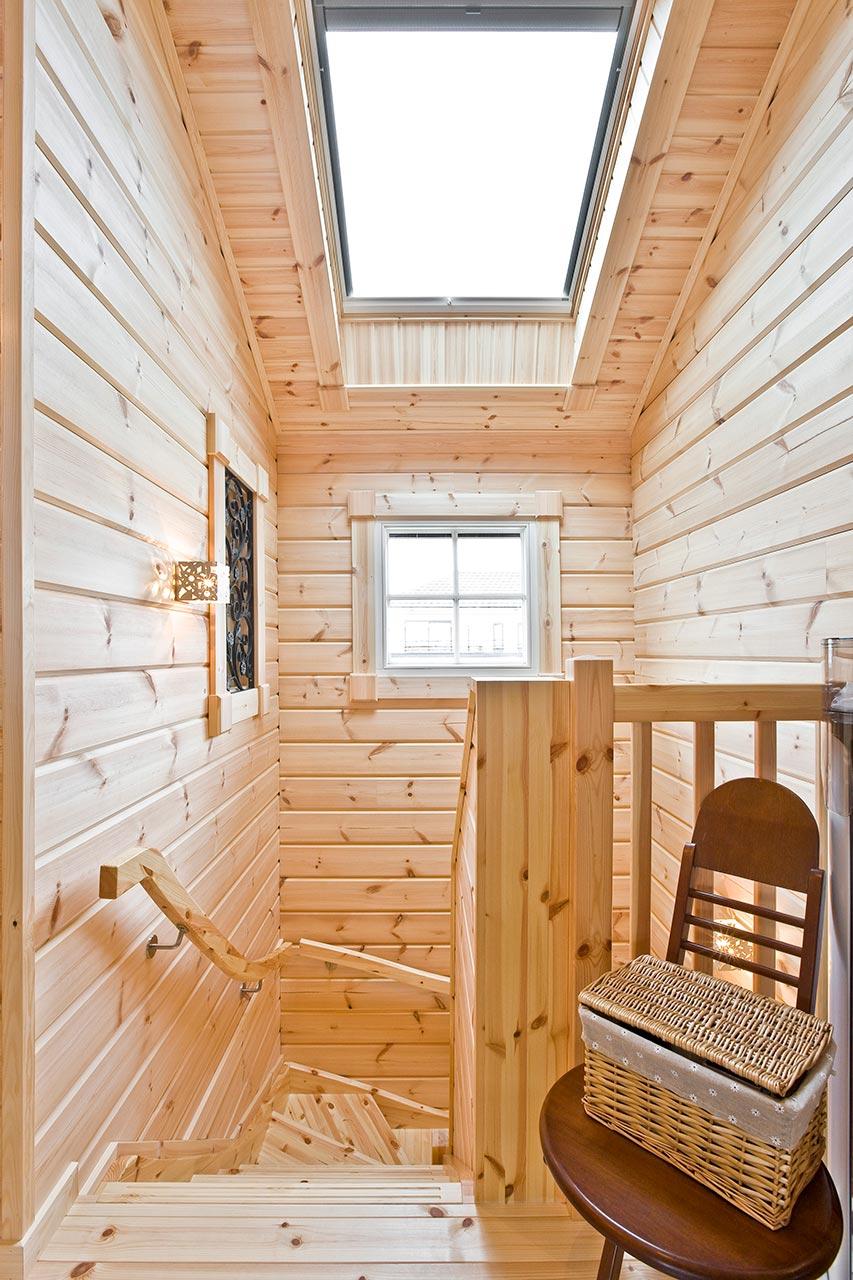 2階へ向かう階段も、窓を配置し、明るいです。