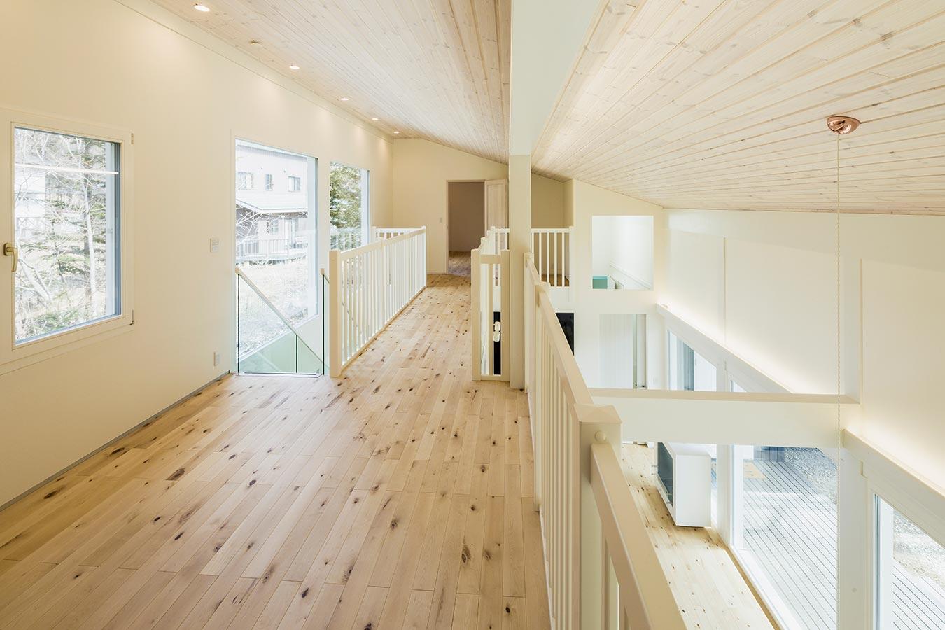片流れのデザインにより、高い天井が可能なロフト。大きな窓から光が射し込み明るい空間です