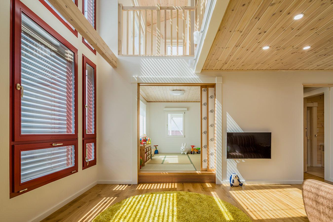 リビング横に設置した畳のフリースペース。子供の遊びスペースや来客時の寝室にも使用できる広々とした空間です。