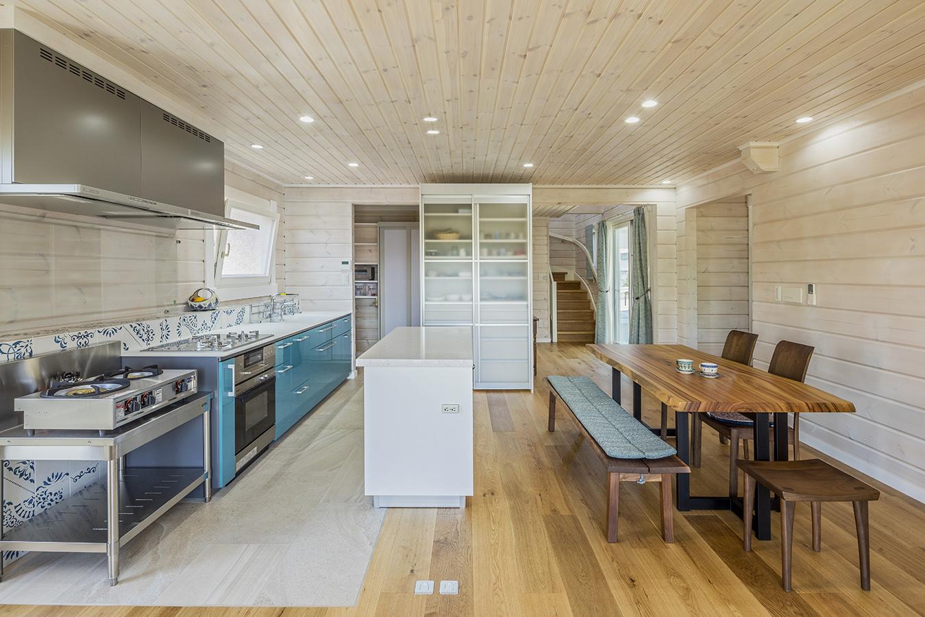 作業スペースも広々と設けたダイニングキッチン。