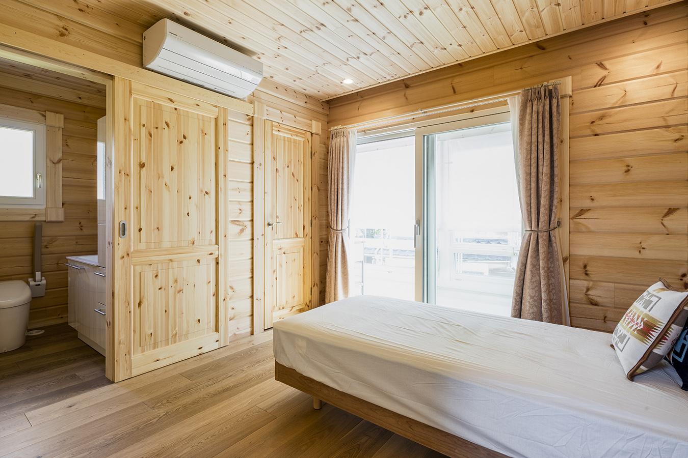 ロフトやLDKと違い、無塗装の壁。木本来のあたたかさを感じられる寝室。