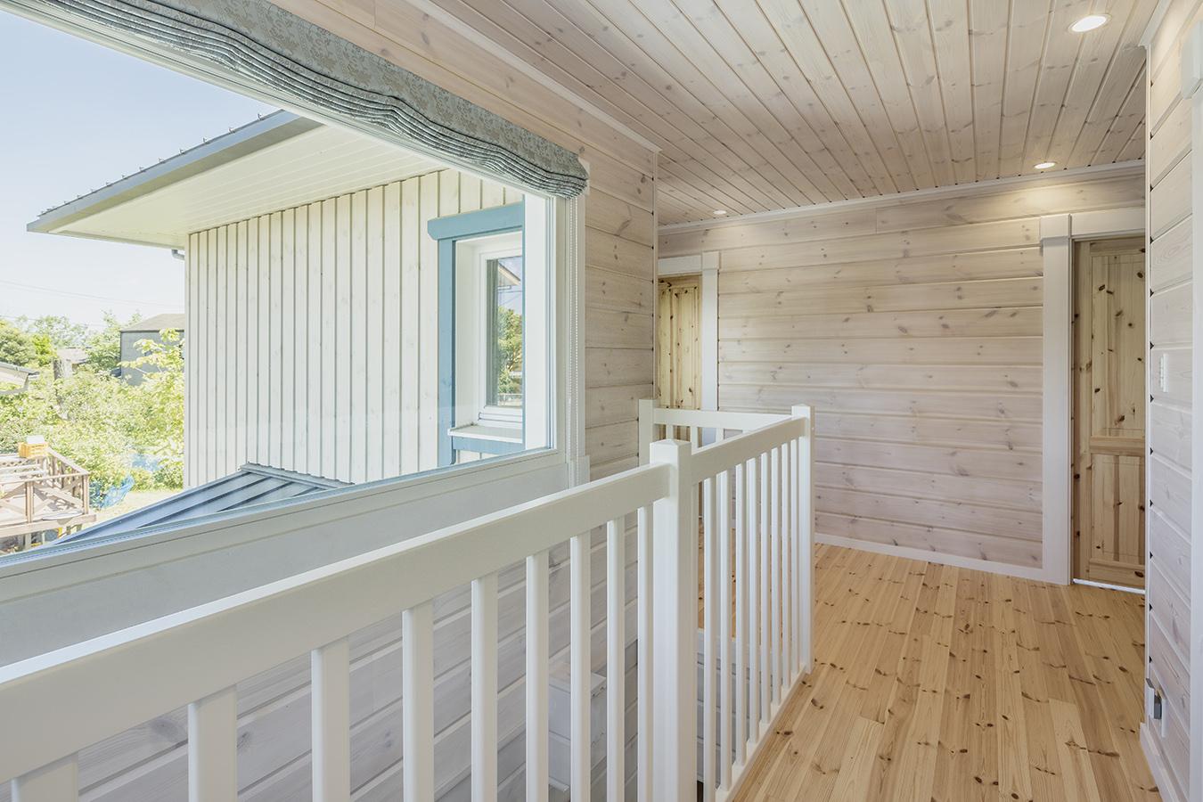 大きな窓を設け、明るい光と景色を堪能できるフリースペース。